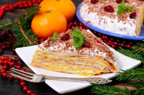 Новогодний блинный торт с мандариновым курдом и сметанным кремом подача