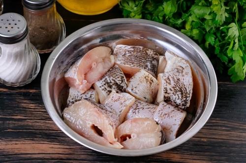 Кусочки рыбы в миске - маринованная щука