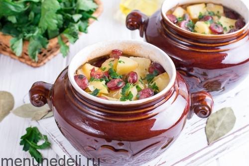 Охотничьи колбаски с картофелем в горшочках подача