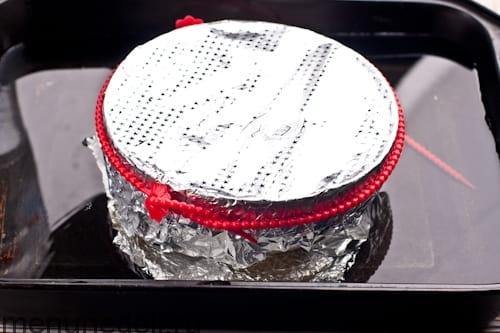 Упаковать форму с массой в фольгу и поставить в противень с водой - рождественский пудинг