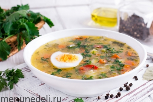 Суп из замороженных овощей и бурого риса подача с яйцом