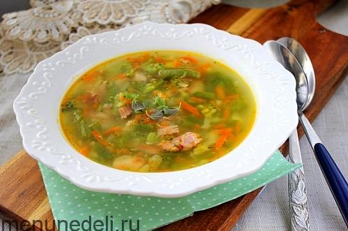 Суп с брокколи и копченой курицей подача в белой тарелке