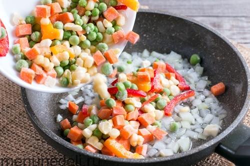 Лук и овощи на сковороде - суп из замороженных овощей и бурого риса