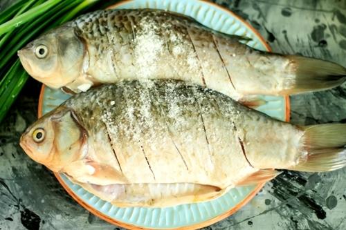 Посолить рыбу - жареные караси
