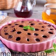 Пирог с вишней на сковороде