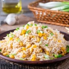 Жареный рис с кукурузой и яйцом