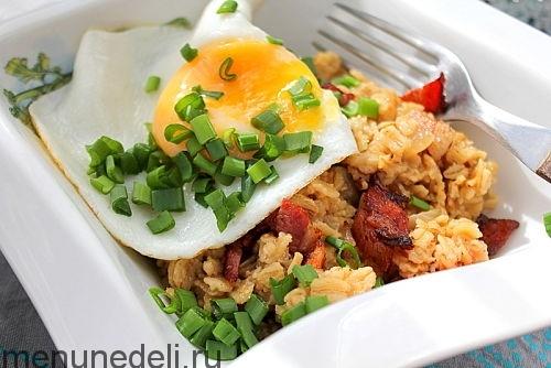 Яйцо, зеленый лук, бекон и овсяная каша в тарелке - овсяная каша с беконом и яйцом