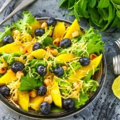 Салат из шпината с манго и голубикой