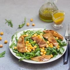 Салат с нутом, грушей и рукколой