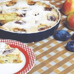 Шарлотка с яблоками и сливами