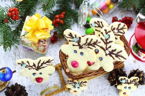 """Готовое печенье в виде оленей в плетеных санях - печенье """"Рождественские олени"""""""