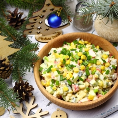Салат с крабовыми палочками, кукурузой и маринованным огурцом