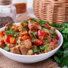 Тушеная говядина с болгарским перцем