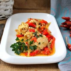 Куриная грудка с овощами и зеленью