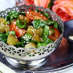 Салат со шпинатом, помидорами и ананасами