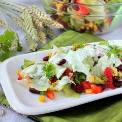 Пестрый салат с заправкой из йогурта и кинзы
