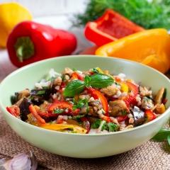 Салат из баклажанов, перца и зеленой гречки