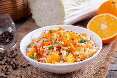 Салат из капусты с апельсином и морковью