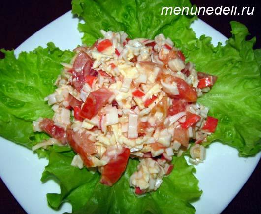 Салат с крабовыми палочками и помидорами с сыром