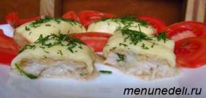 Жареная рыба под сыром в разрезе с помидорами