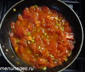 На оливковом масле поджариваются помидоры оливки и чеснок