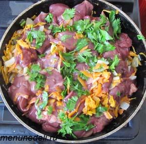 К луку и моркови добавлена сырая куриная печень и порезанная петрушка