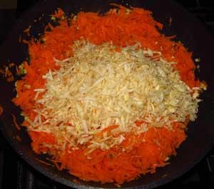 Мелко порезанный сельдерей добавлен к обжариваемым моркови и луку для заправки в суп