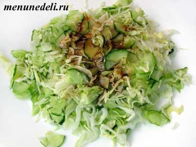 Приготовить салат с капусты и огурцов