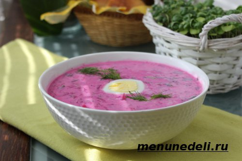 Готовый литовский холодный борщ с яйцом и зеленью в тарелке