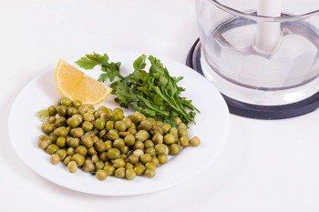 Консервированный зеленый горошек с петрушкой и соком лимона
