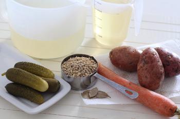 Ингредиенты для рассольника с перловкой картофелем и солеными огурцами