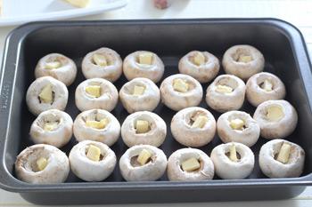 Шляпки шампиньонов со сливочным маслом в глубокой форме