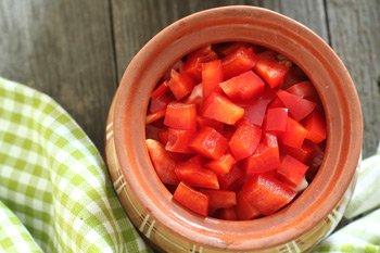 Порезанные перец помидоры и морковь выложенные в горшочке