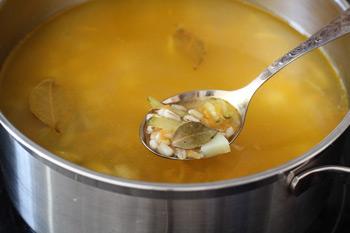 Добавить в бульон картофель овощи зажарку и еще немного поварить