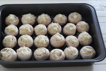 Нафаршированные шампиньоны начинкой из сыра в форме